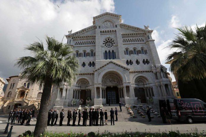 La familia real de Mónaco llora de luto en el funeral de su querido primo 24