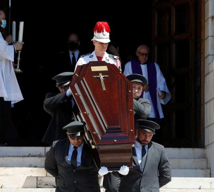 La familia real de Mónaco llora de luto en el funeral de su querido primo 26