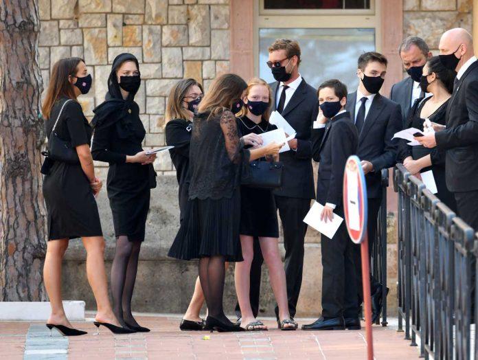 La familia real de Mónaco llora de luto en el funeral de su querido primo 18