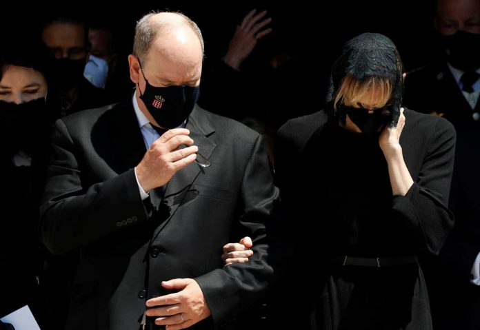La familia real de Mónaco llora de luto en el funeral de su querido primo 28