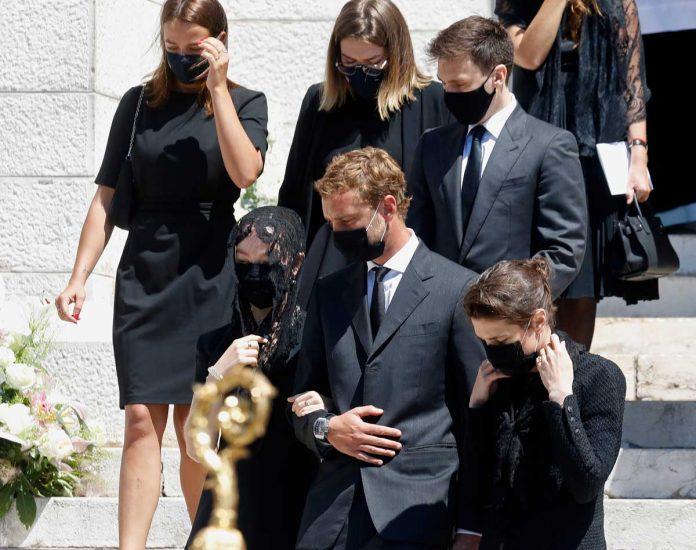 La familia real de Mónaco llora de luto en el funeral de su querido primo 16