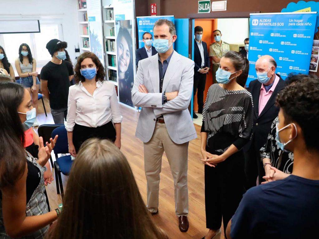 La familia real participa en su primer acto oficial después del encierro 6