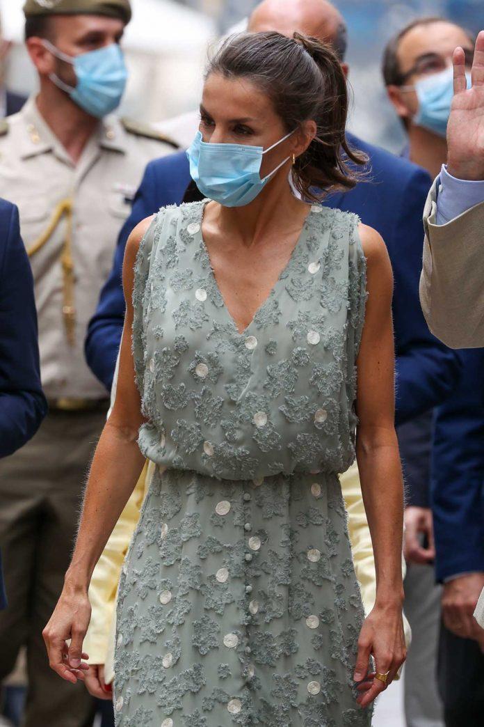 La reina Letizia saca de su maleta un vestido original de Zara en las Islas Canarias 4