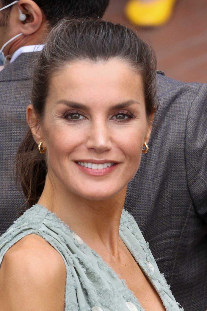 La reina Letizia saca de su maleta un vestido original de Zara en las Islas Canarias 16