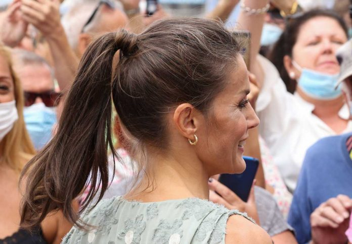 La reina Letizia saca de su maleta un vestido original de Zara en las Islas Canarias 14