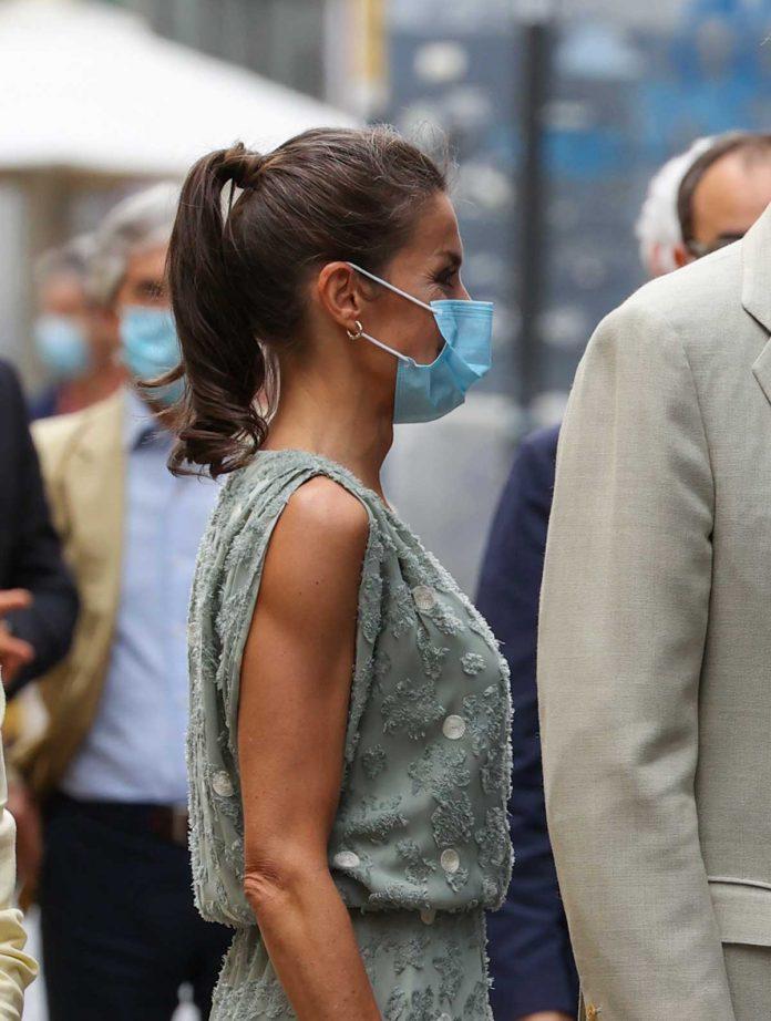 La reina Letizia saca de su maleta un vestido original de Zara en las Islas Canarias 12