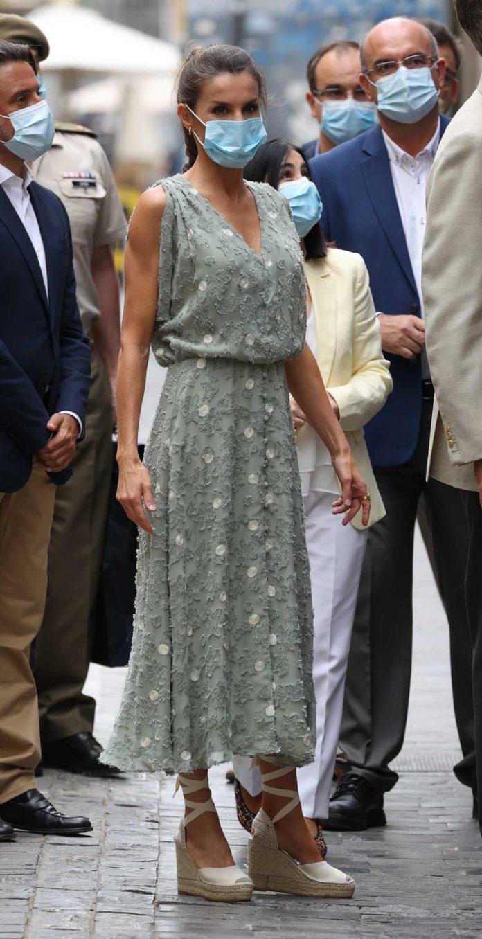 La reina Letizia saca de su maleta un vestido original de Zara en las Islas Canarias 2