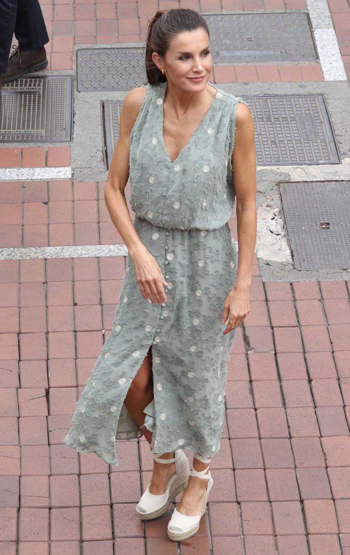 La reina Letizia saca de su maleta un vestido original de Zara en las Islas Canarias 22