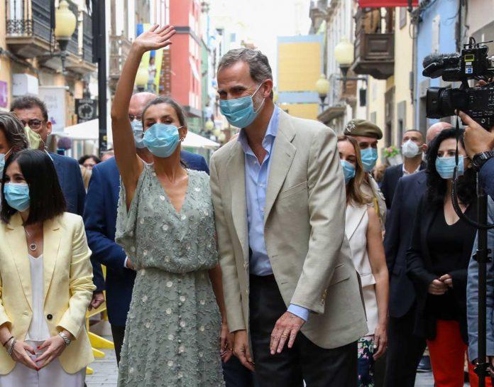 La reina Letizia saca de su maleta un vestido original de Zara en las Islas Canarias 24