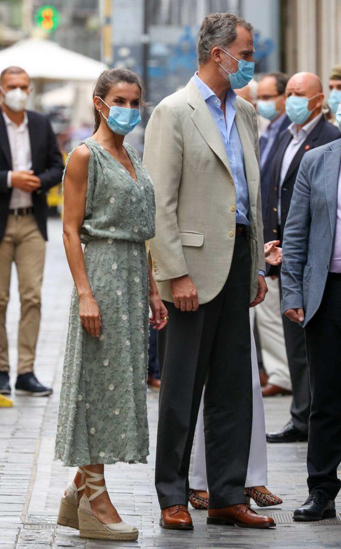 La reina Letizia saca de su maleta un vestido original de Zara en las Islas Canarias 18