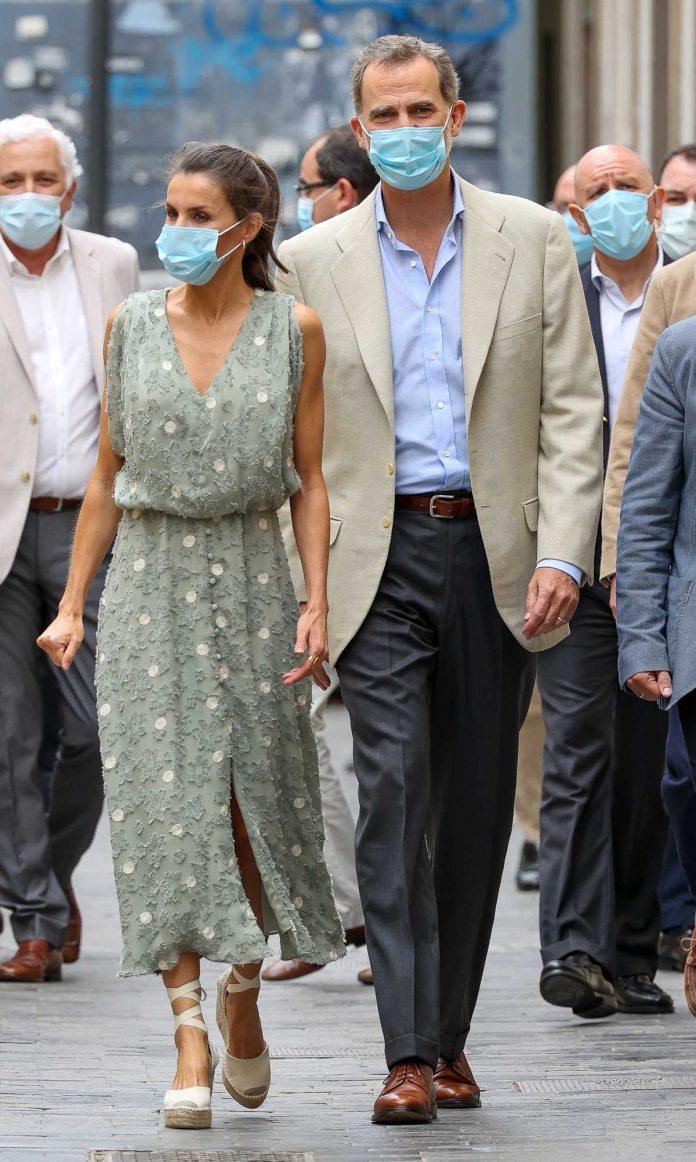 La reina Letizia saca de su maleta un vestido original de Zara en las Islas Canarias 20