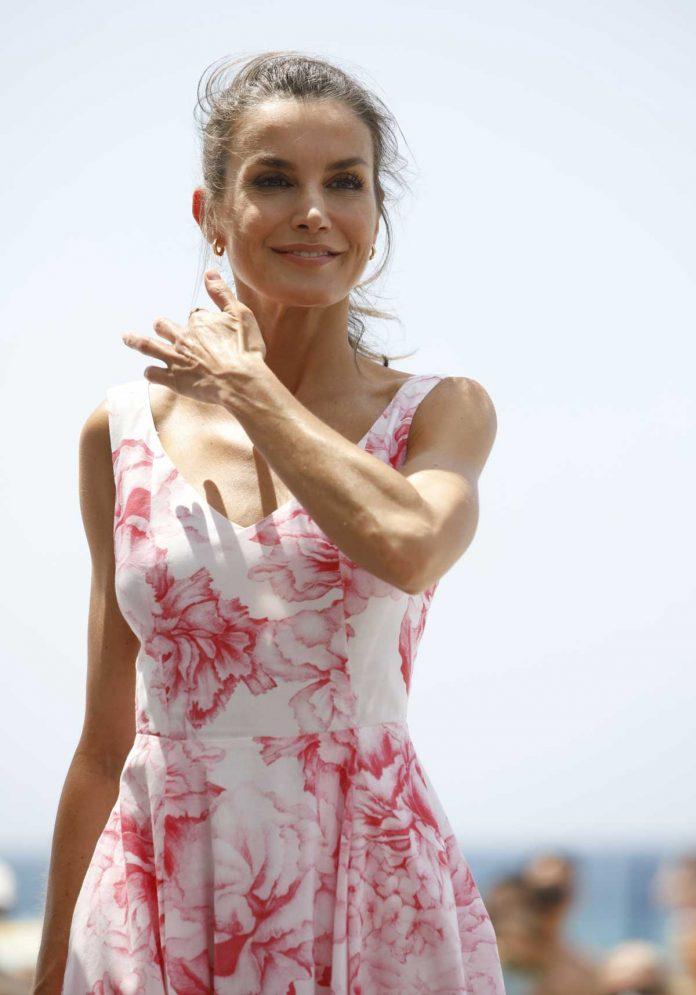 La reina Letizia recicla su vestido rosa Marivent 12