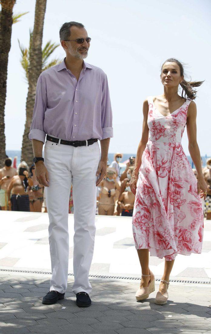 La reina Letizia recicla su vestido rosa Marivent 18