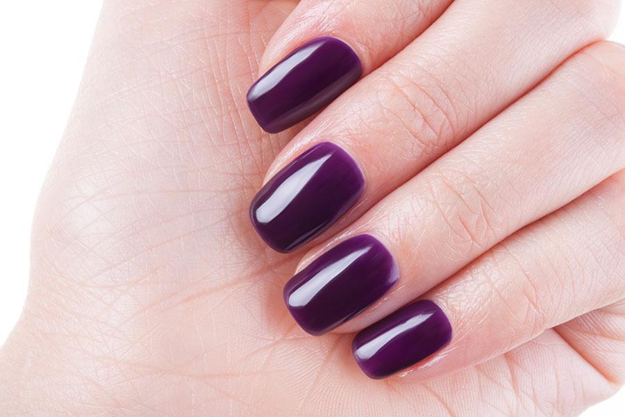 Uñas violetas para el otoño