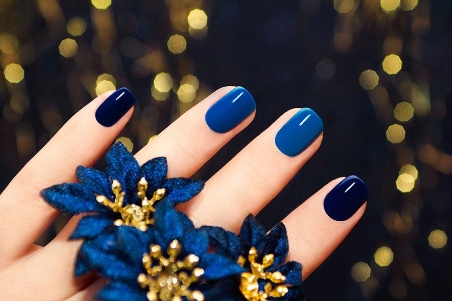 Los tonos azules para la manicura otoñal.
