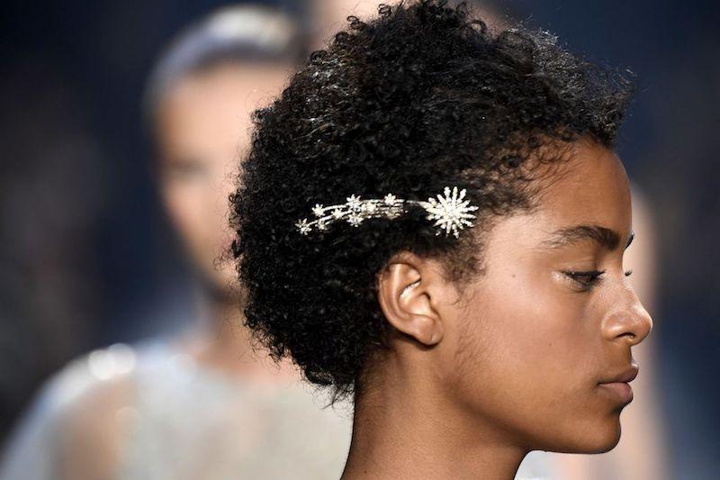 Peinados para cabello corto grandes accesorios