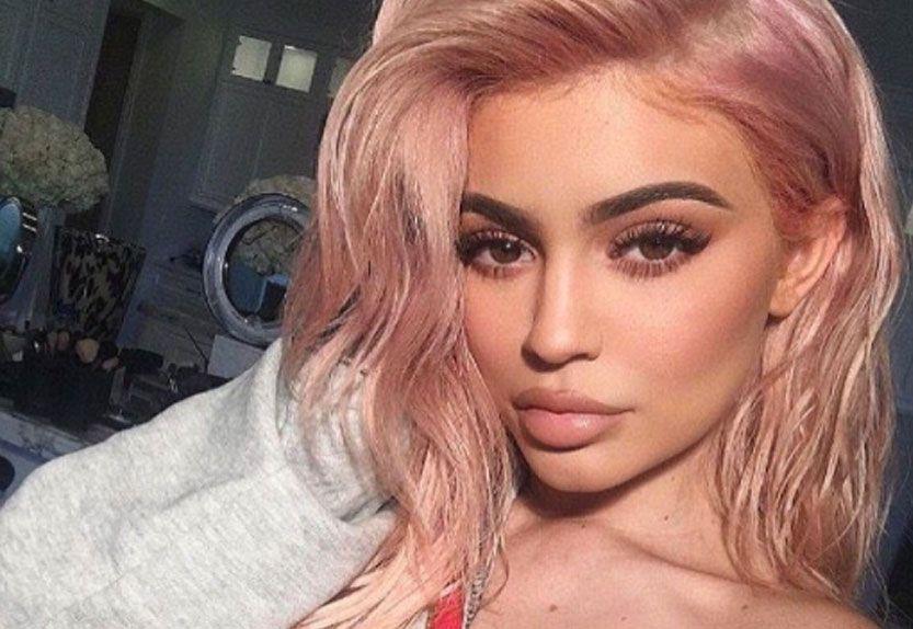 kylie jenner cabello rosado labios cejas