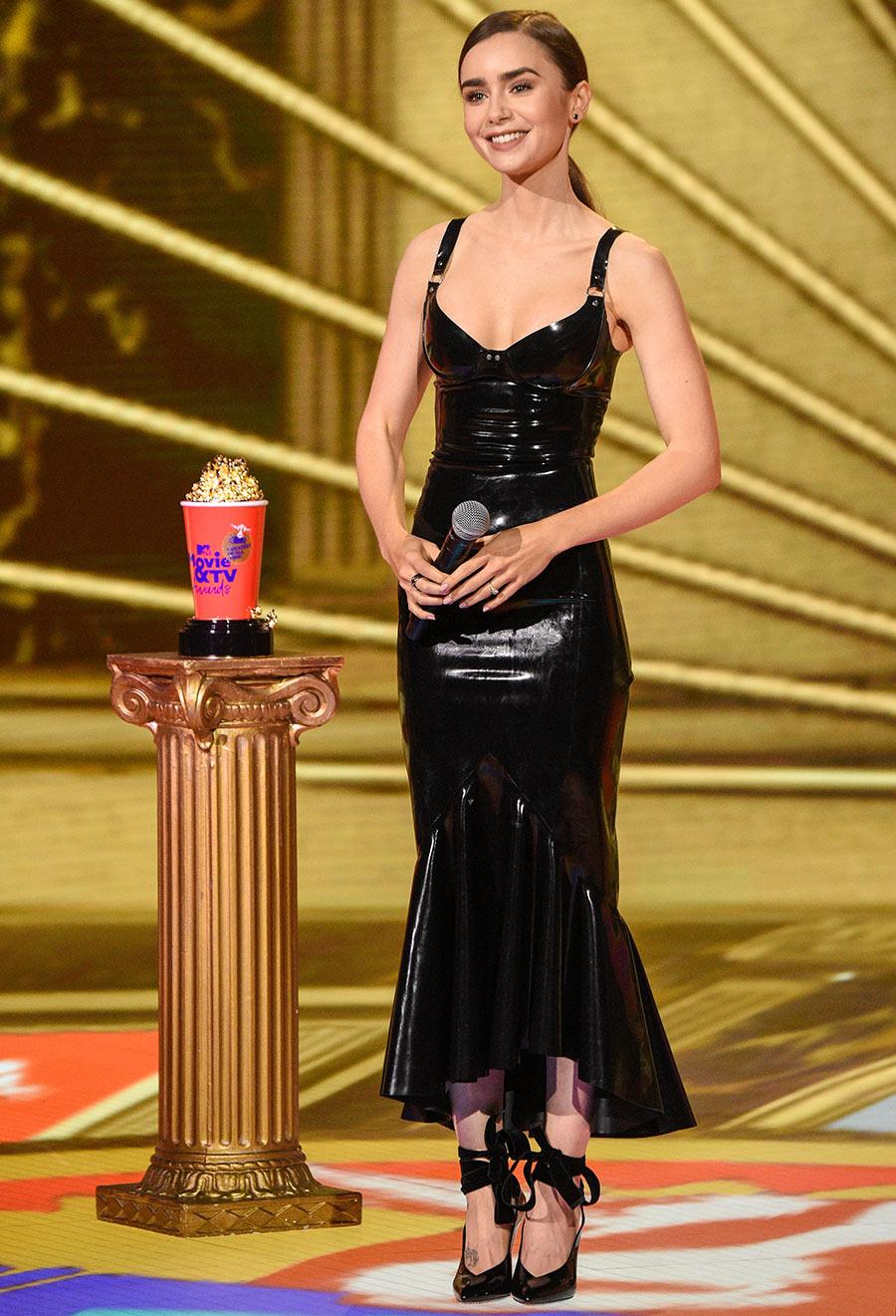 Lily Collins deja la dulzura de 'Emily' y nos impacta con un vestido de látex