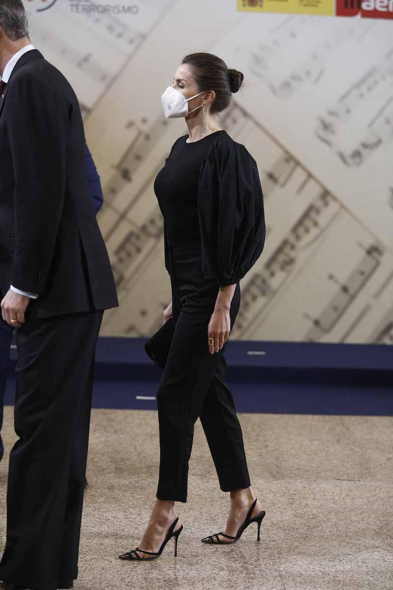 Letizia, acompañada del rey Felipe VI, sorprende con una reverencia de bailarina en el concierto para las víctimas del terrorismo 2