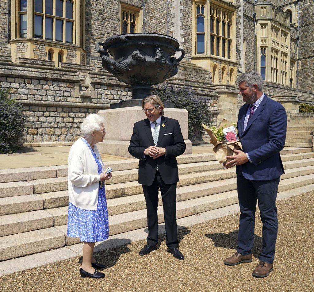 La reina Isabel planta la rosa del 'Duque de Edimburgo' cuando su marido hubiera cumplido 100 años 2