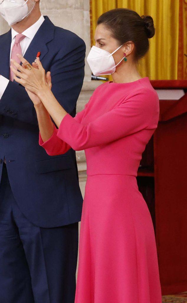 ¡La Reina Letizia da la bienvenida al rosa neón! 2