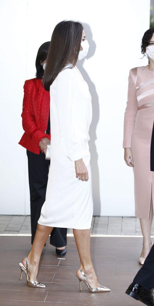 Reina Letizia: zapatitos plateados para actualizar uno de sus top vestidos 4