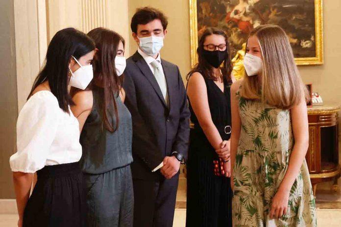 La Princesa Leonor se reúne con sus futuros compañeros de internado al abrigo de los Reyes y la Infanta Sofía 2