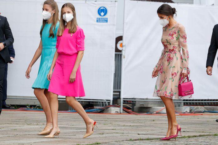 La capacidad de la reina Letizia y la princesa Leonor para caminar con tacones sobre adoquines en el Día de Santiago 2