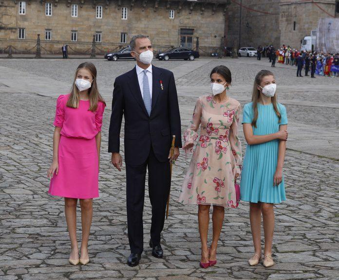 La capacidad de la reina Letizia y la princesa Leonor para caminar con tacones sobre adoquines en el Día de Santiago 4