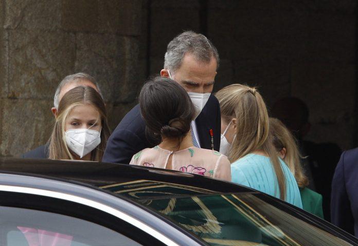 La capacidad de la reina Letizia y la princesa Leonor para caminar con tacones sobre adoquines en el Día de Santiago 6