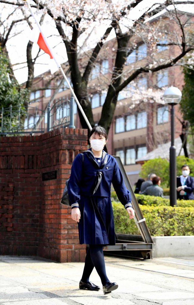 Aiko de Japón se gradúa con una máscara y sin sus padres debido al virus 1