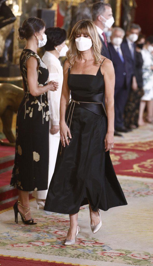 Begoña Gómez, moderna y con flequillo, encabeza el desfile de invitados a la cena de gala 1