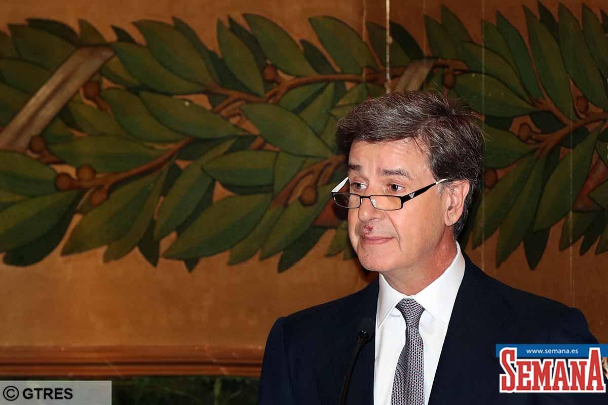 Cayetano Martínez de Irujo: con su familia para recoger la medalla de honor de la Real Academia de Medicina 1