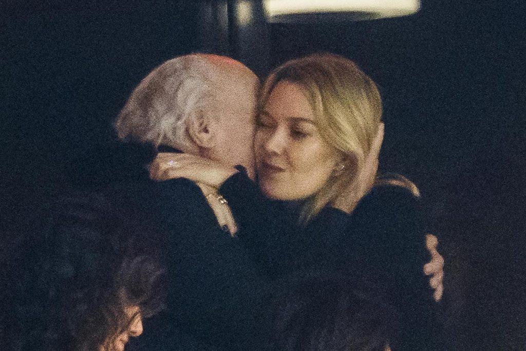 El abrazo entre Marta Ortega y su padre durante la sorpresa navideña de los trabajadores de Inditex 1