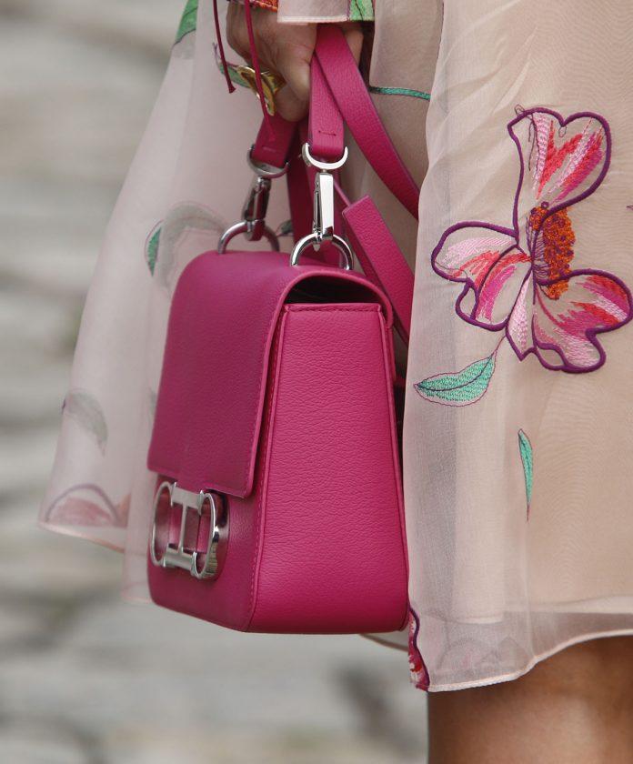 El deseado bolso rosa que arrasa Nueva York con el que florece Letizia en Santiago de Compostela 2