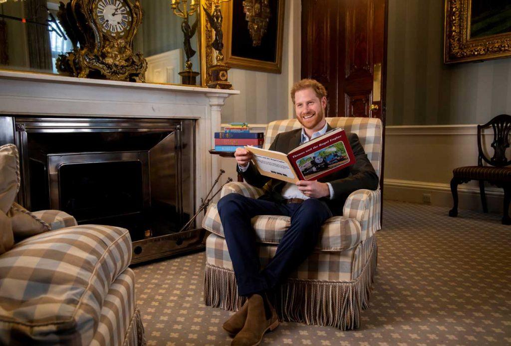 El príncipe Harry lee una historia (y no exactamente para su hijo Archie) 1