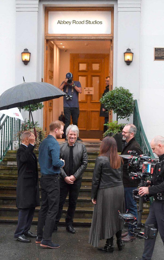 El príncipe Harry se suelta y canta un dúo con el rockero Jon Bon Jovi 1