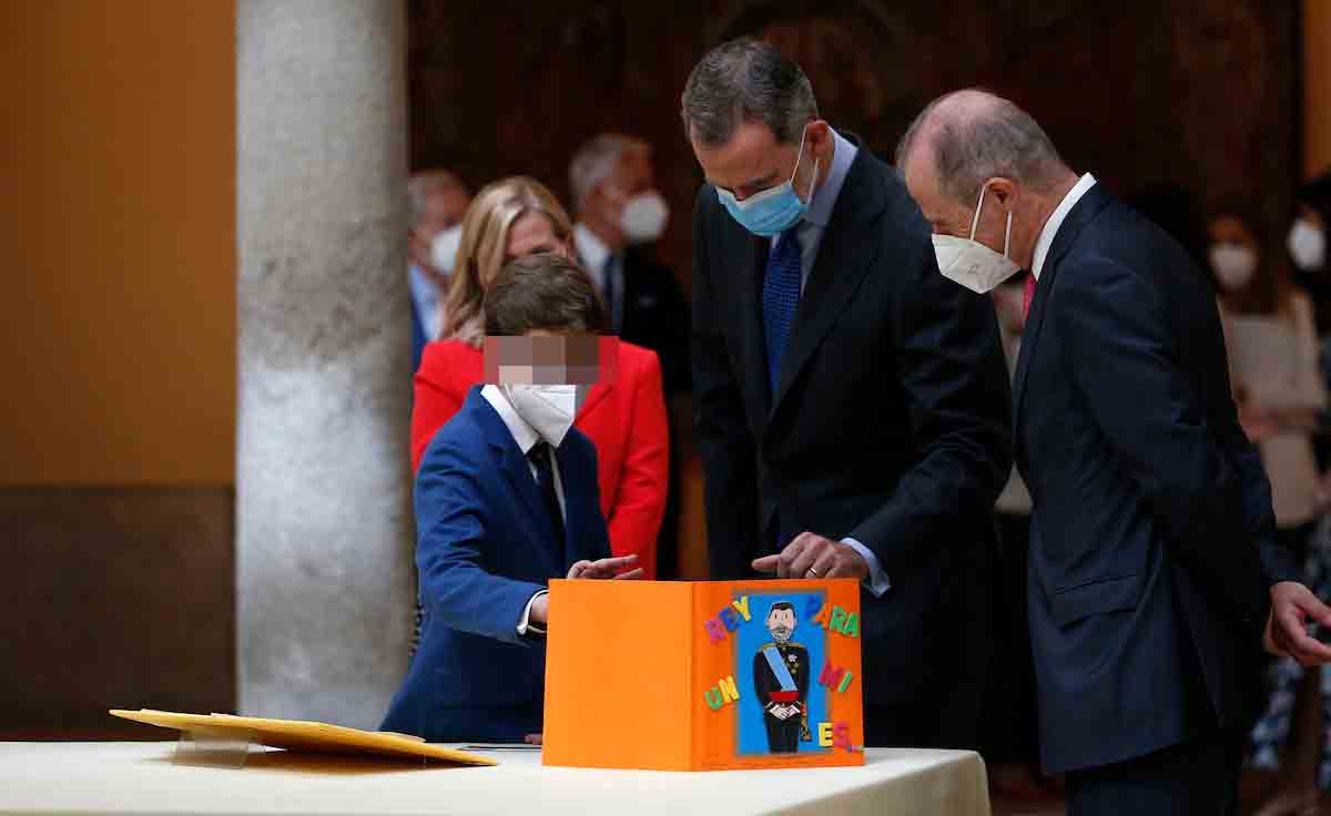 El rey Felipe VI saca a relucir su lado más paternal con los ganadores de '¿Qué es un rey para ti?' 1