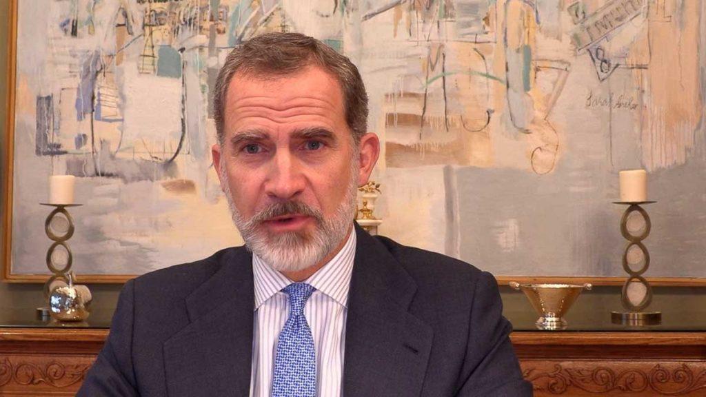 El rey Felipe reaparece con buen aspecto (y con barba gris) de su encierro en la Zarzuela 1