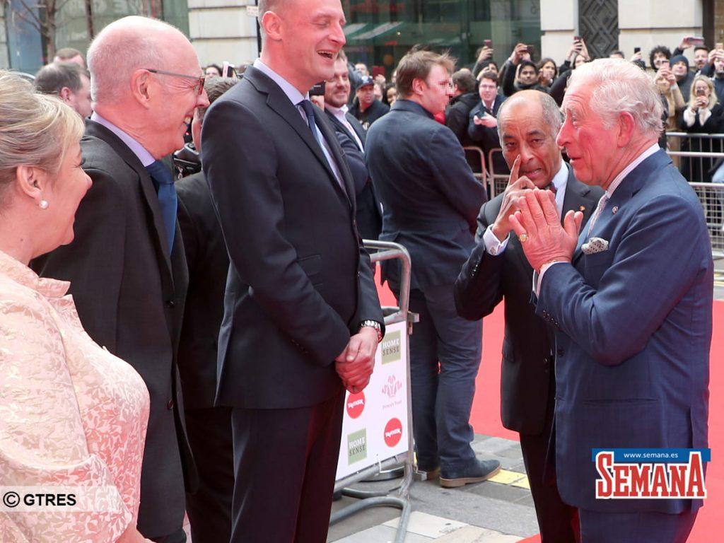 """El saludo """"Namaste"""", la medida del Príncipe Carlos para protegerse del coronavirus 1"""