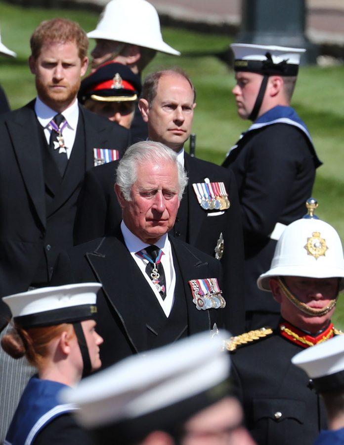Guerra en Buckingham entre el Príncipe Carlos y su hermano Eduardo por el título de Duque de Edimburgo 1