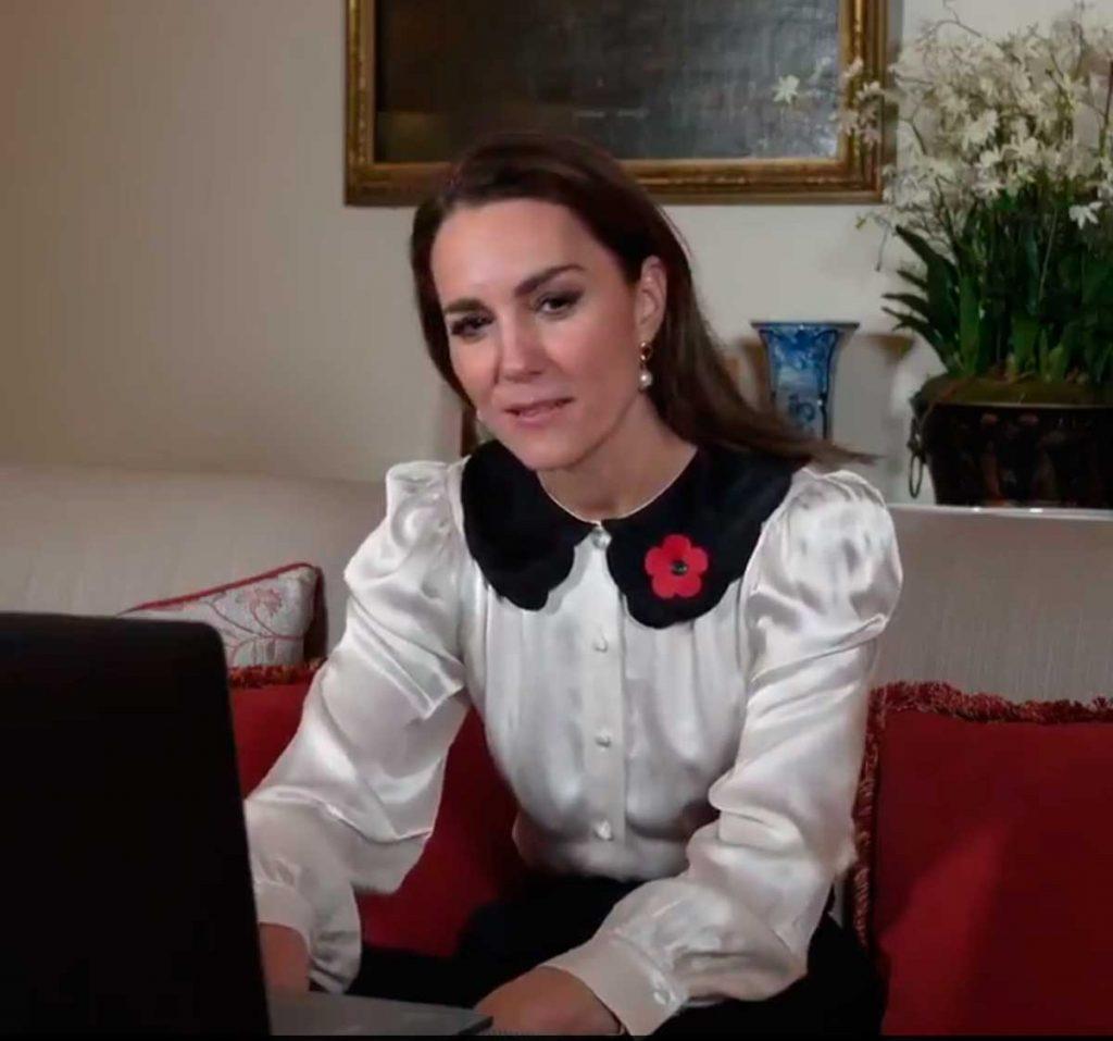 Kate se pone la blusa ñoña que promete barrer más allá de los 'royals' 1