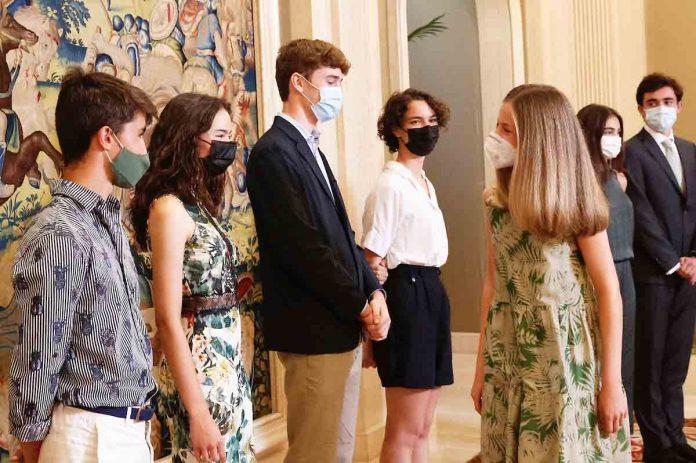 La Princesa Leonor se reúne con sus futuros compañeros de internado al abrigo de los Reyes y la Infanta Sofía 1