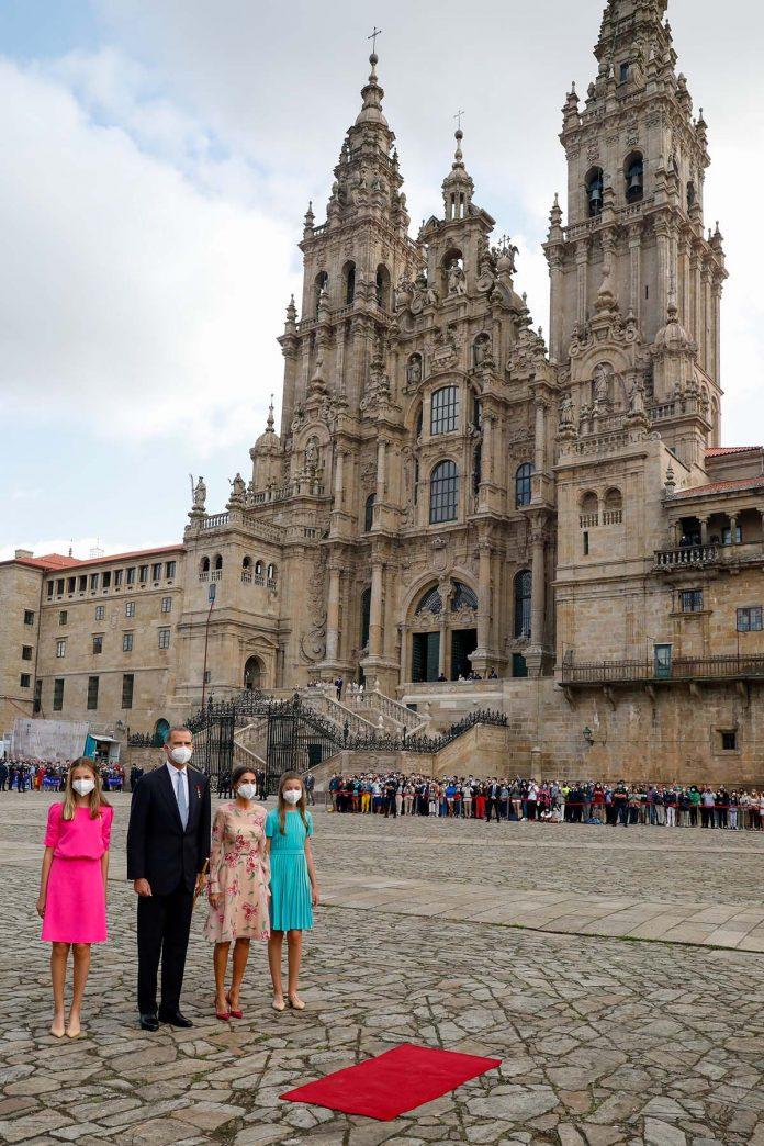 La capacidad de la reina Letizia y la princesa Leonor para caminar con tacones sobre adoquines en el Día de Santiago 1
