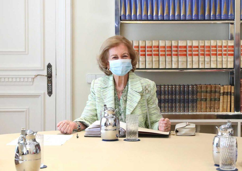 La esperada reaparición de la Reina Sofía escondida detrás de la máscara. 1