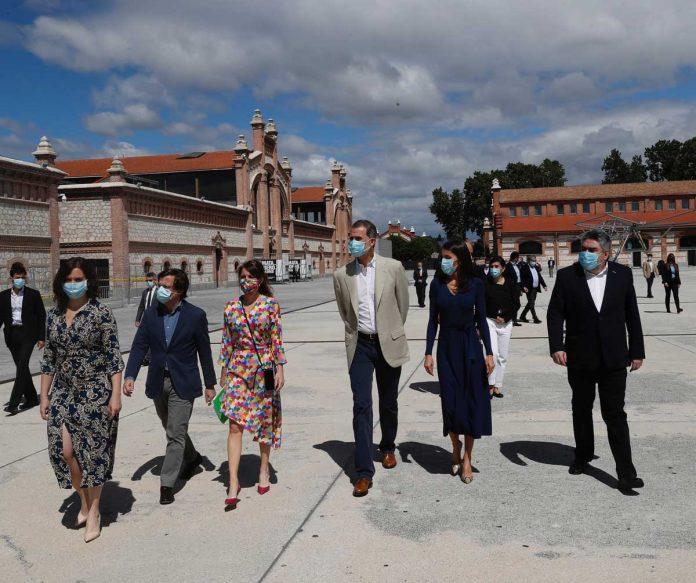 La reina Letizia estrena un vestido de punto sugerente (y barato) 1