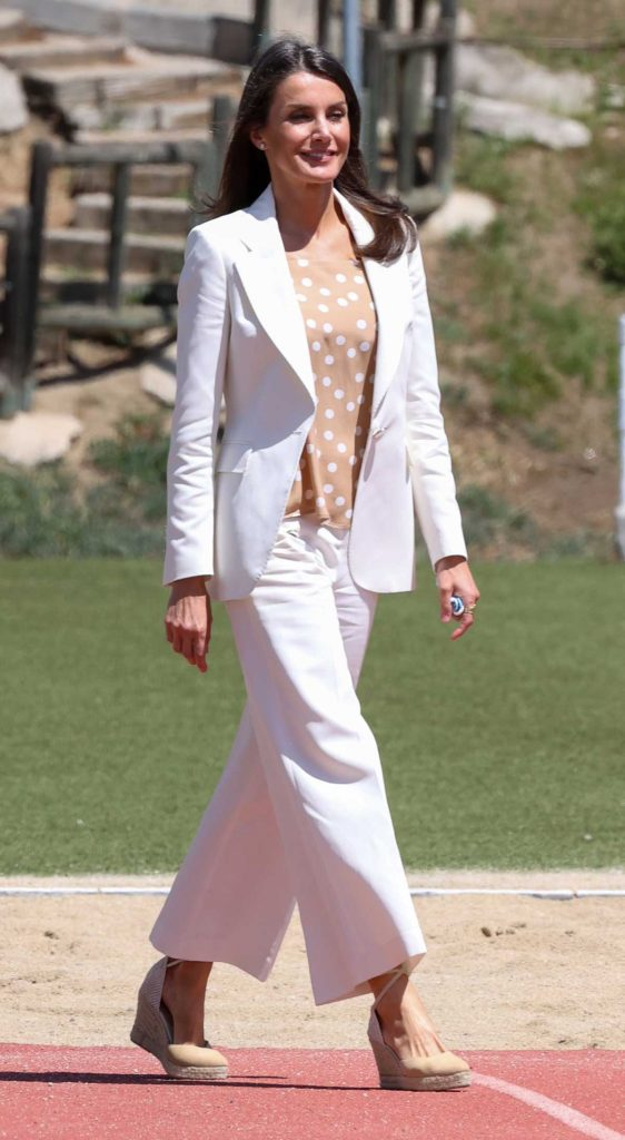 La reina Letizia estrena una camiseta bicolor para volver al encierro 1