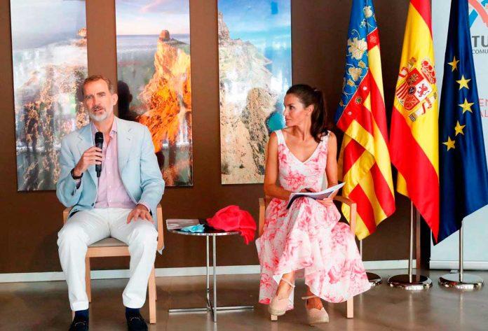 La reina Letizia recicla su vestido rosa Marivent 1