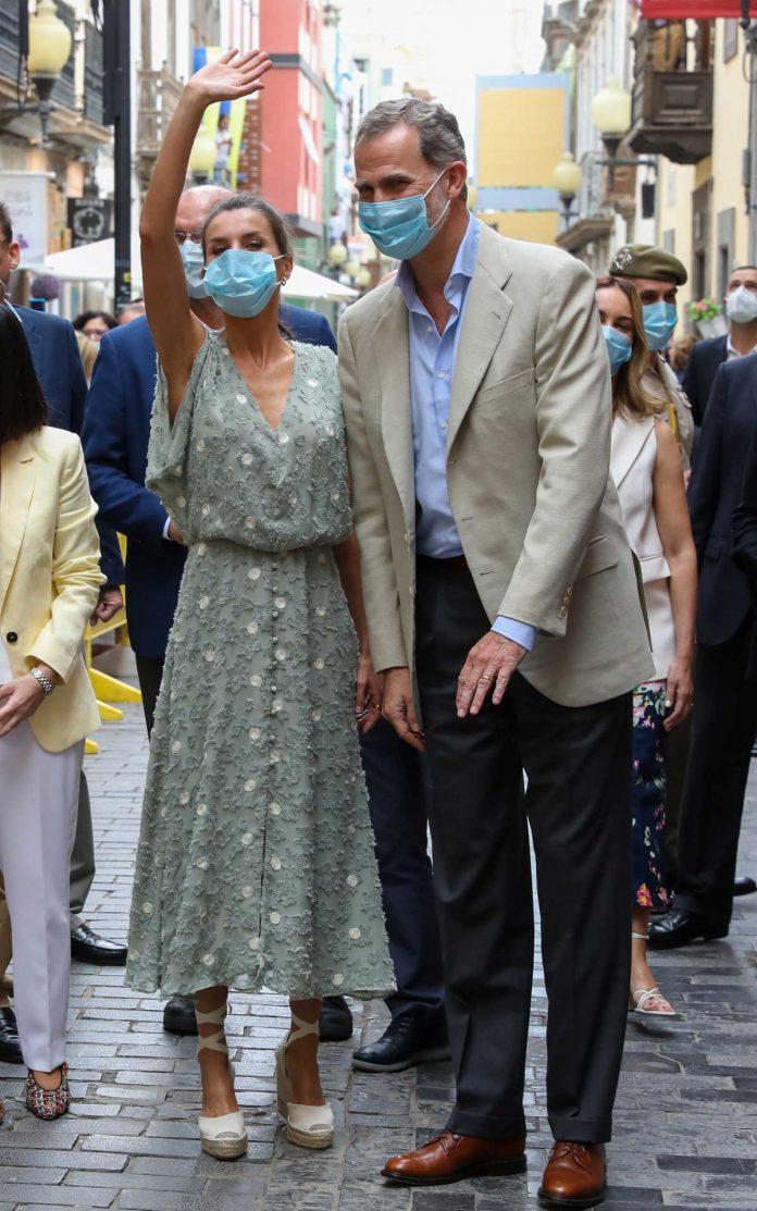 La reina Letizia saca de su maleta un vestido original de Zara en las Islas Canarias 1