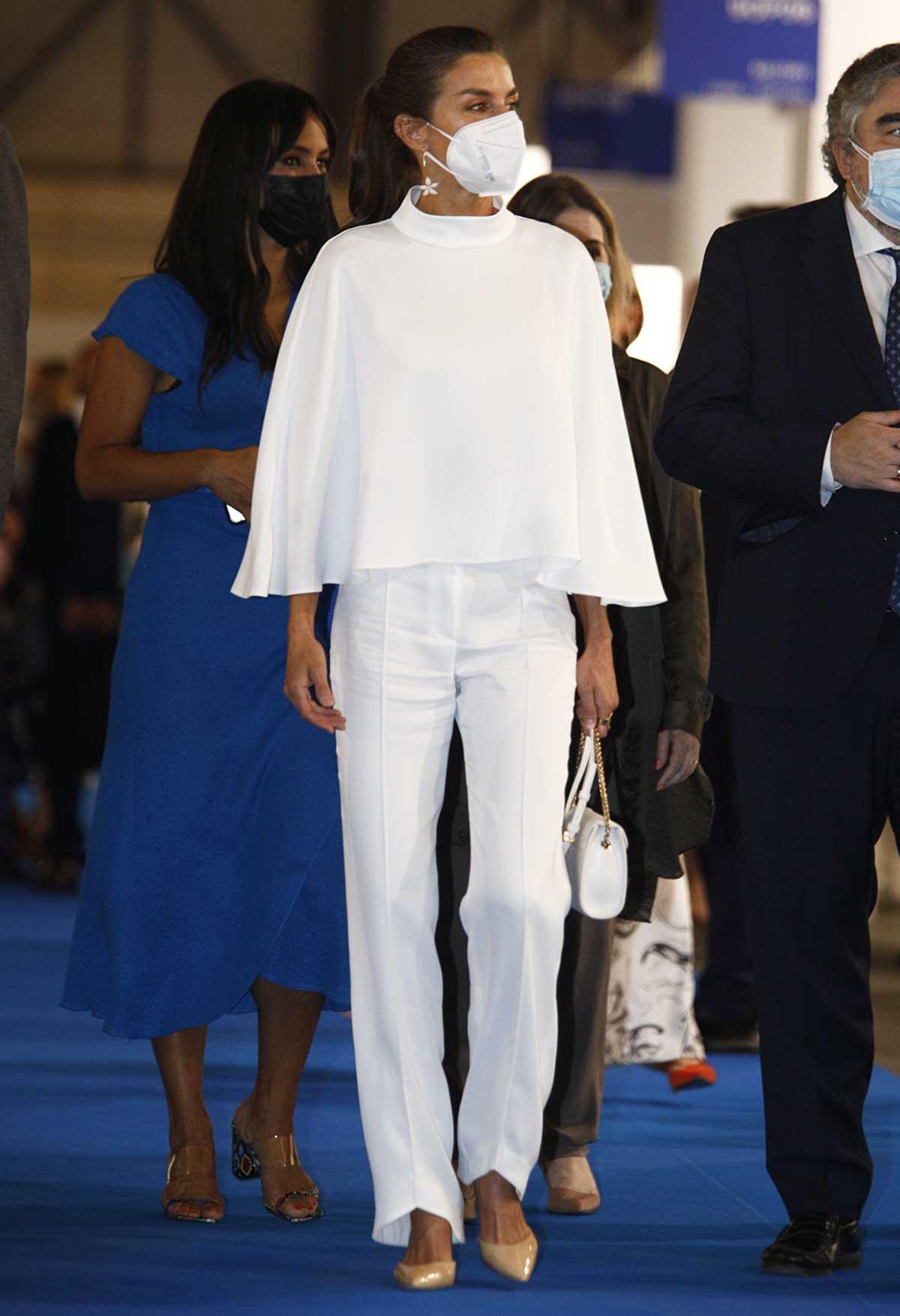 Letizia luce sus pantalones más originales en un impecable look blanco 1